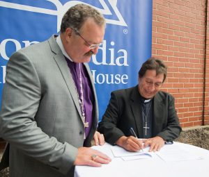 A Protocol Agreement between the LCMS and Iglesia Luteranna en Guatemala (ILG) was signed by LCMS President Rev. Dr. Matthew C. Harrison and the Rev. Dr. Abdiel Orozco, ILG president, a lunch reception hosted by Concordia Publishing House after the installation service. (LCMS/Frank Kohn)